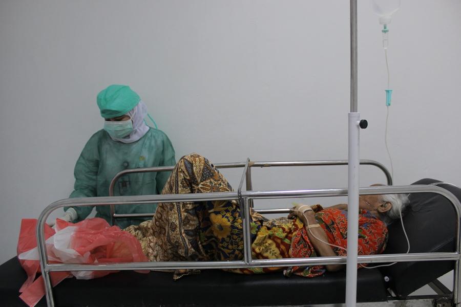 Pasien yang diduga mengidap virus MERS, Z. Binar (86) saat mendapatkan perawatan di RS M Djamil Padang. FOTO/DS