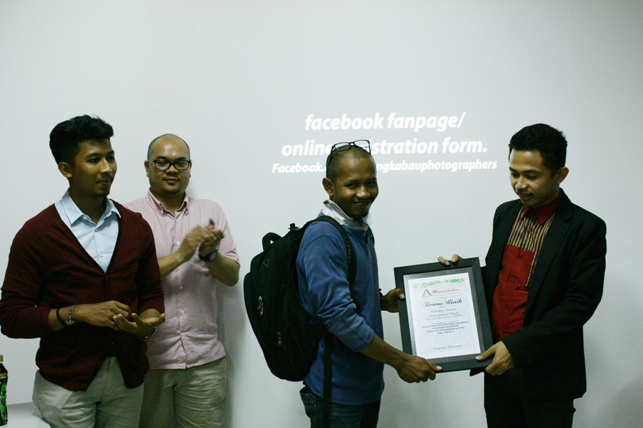 Panitia penyelenggara memberikan penghargaan kepada Dekan Fakultas Diskomvis di kampus UPI Padang, Rabu (7/5) usai kegiatan workshop di kampus tersebut. FOTO/YATHADA