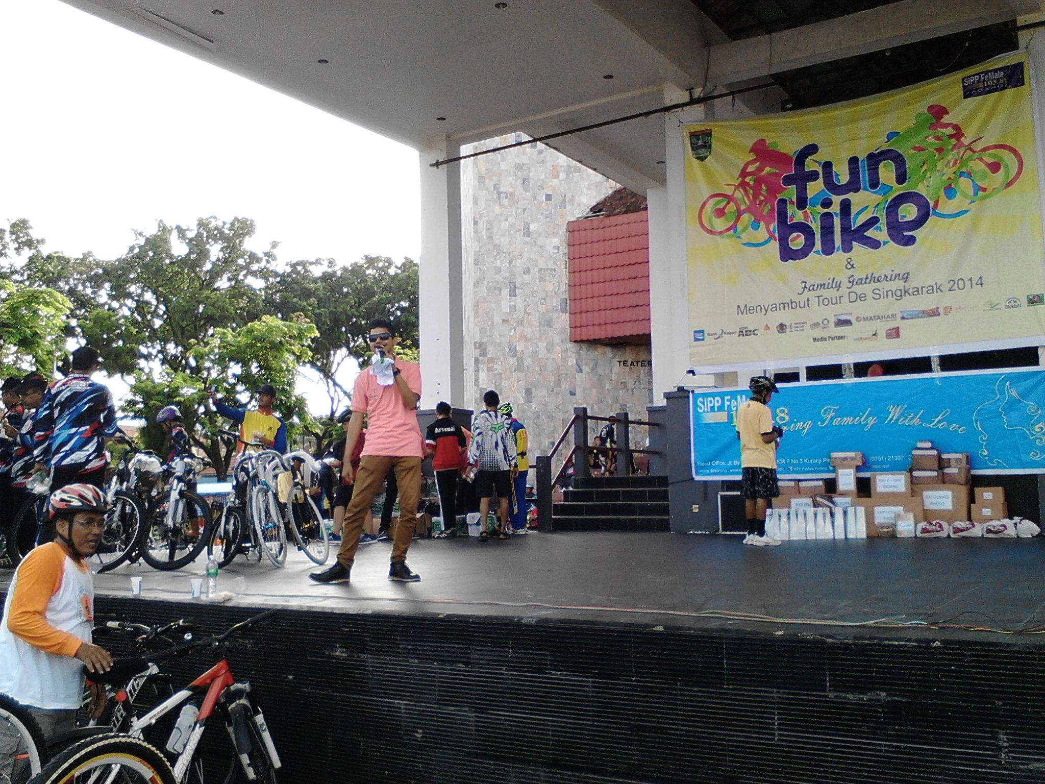 Fun Bike (Sepeda Santai) digelar oleh SIPP Female Radio dalam rangka menyambut Tour de Singkarak 2014 di Taman Budaya, Kota Padang. FOTO/ISRA ROSADI