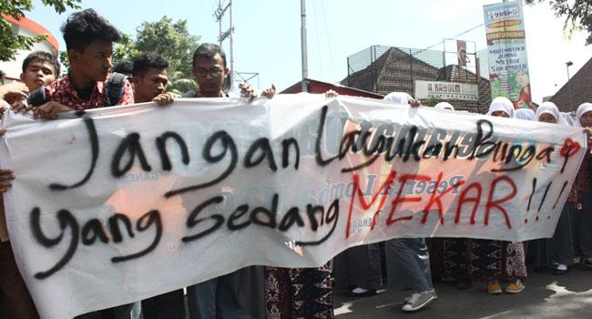 Unjuk rasa di Gedung DPRD Padang. FOTO KLIKPOSITIF