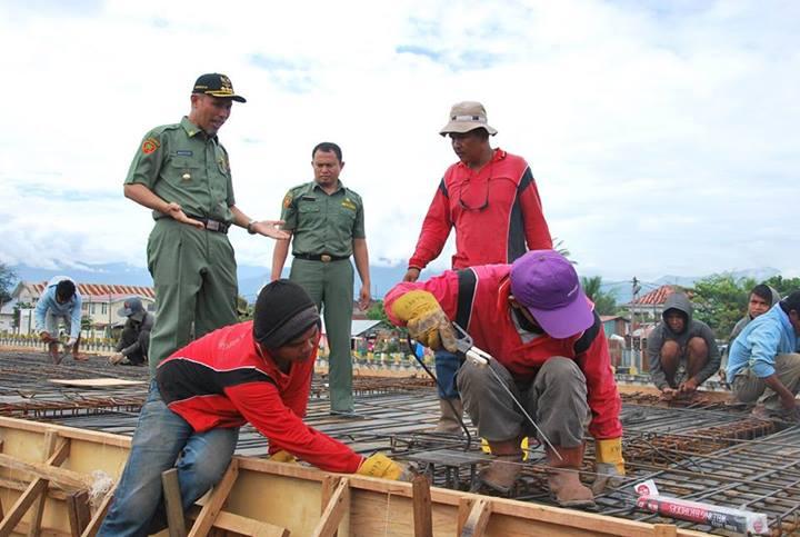 Walikota Padang, Mahyeldi Ansarullah meninjau pembangunan Lapau Panjang Cimpago (LPC) di Pantai Purus, Kota Padang. FOTO/IST