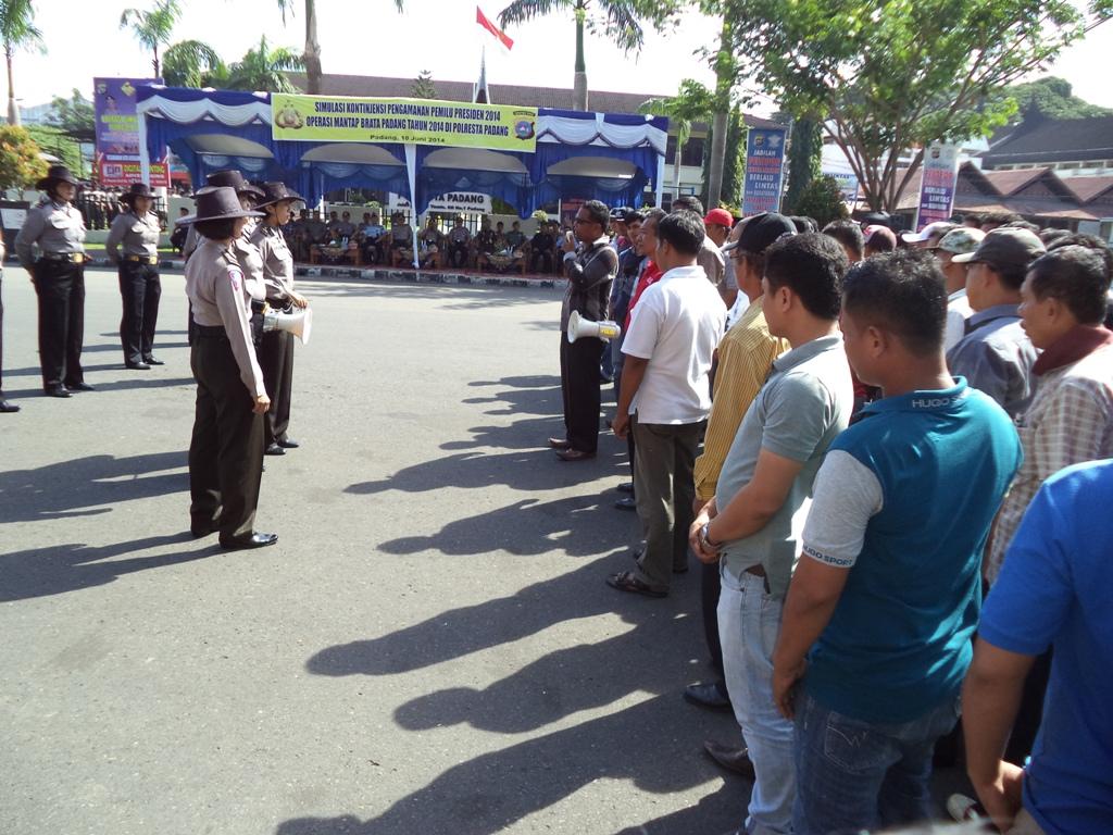 Tim negosiator tengah berdialog dengan pengunjuk rasa (simulasi). Foto: Ikhwan