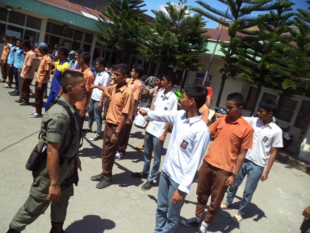 Puluhan pelajar diamankan Satpol PP Kota Padang karena kedapatan membolos. Foto : Ikhwan