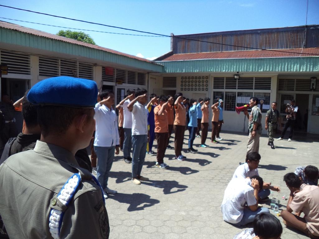 Pelajar yang tertangkap membolos sekolah saat diamankan di Mako Pol PP Kota Padang. Foto: Ikhwan