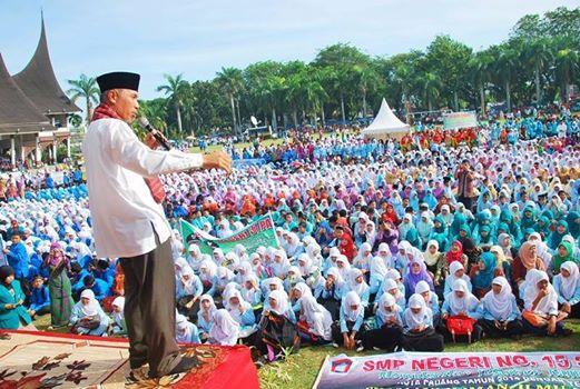 Walikota Padang, Mahyeldi Ansarullah meresmikan pembukaan Pesantren Ramadhan di lapangan  terbuka Imam Bonjol, Kota Padang, Jumat (20/6). Foto : Istimewa