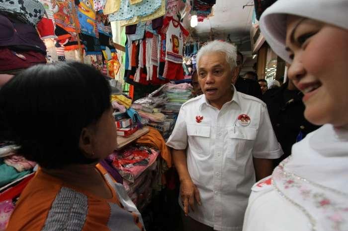 Ketua Umum PAN, Hatta Rajasa blusukan di Pasar, Kota Bukittingi. Foto : KlikSumbar