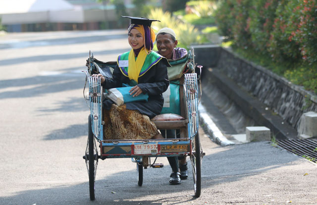 Wisudawan terbaik Unnes diantar sang ayah bersama becaknya. FOTO/IDZNews