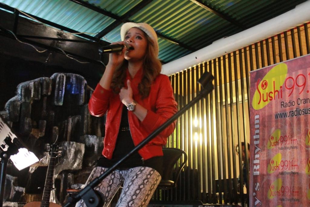Terryana Fatiah atau Terry membawakan tembang lagu terbarunya pada acara 'great to greet special with Terry' bertempat di Kemang Resto, Thamrin, Kota Padang. FOTO/CS