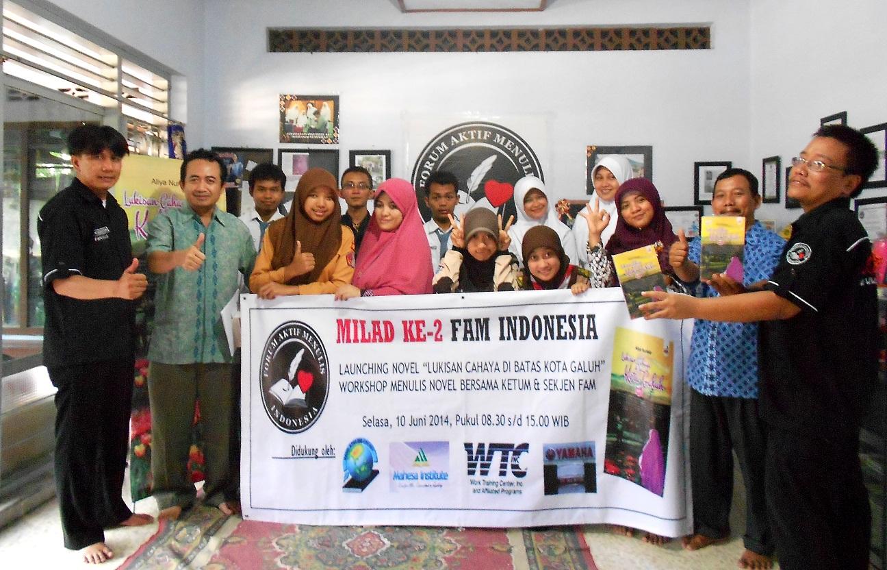 Peserta Workshop Menulis Novel Angkatan 1 FAM Indonesia berfoto bersama di kantor FAM Indonesia, Pare, Kediri, Selasa (10/6).