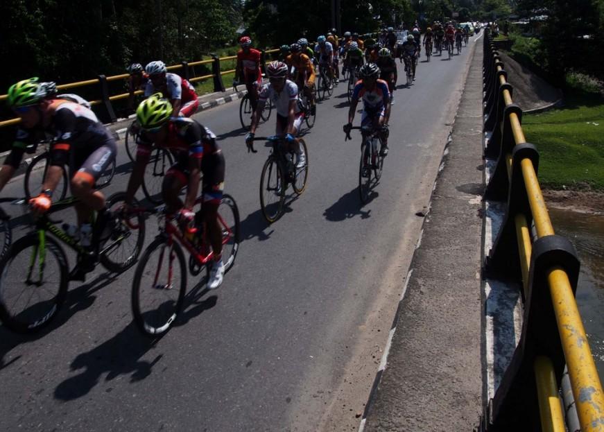 Rombongan pebalap yang bertanding di etape pertama Tour de Singkarak, Sabtu (7/6).  FOTO/KABAR3
