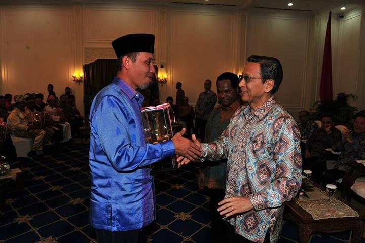 Walikota Padang Mahyeldi Ansarullah menerima penghargaan peringkat II terbaik Status Lingkungan Hidup Daerah (SLHD) tingkat Nasional dari Wakil Presiden RI, Boediono di Istana Wakil Kepresiden, Jakarta. (Foto: Istimewa)