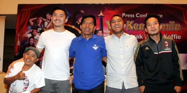 Para bintang Yuk Keep Smile (YKS), yaitu Adul, Omes, Kiwil, Caisar, dan Denny (dari kiri ke kanan), berfoto bersama sesudah jumpa pers road show Yuk Keep Smile: Hura Hurain Jakarta, Sabtu (23/11/2013) di Jakarta. Foto : TribunNews/Kompas