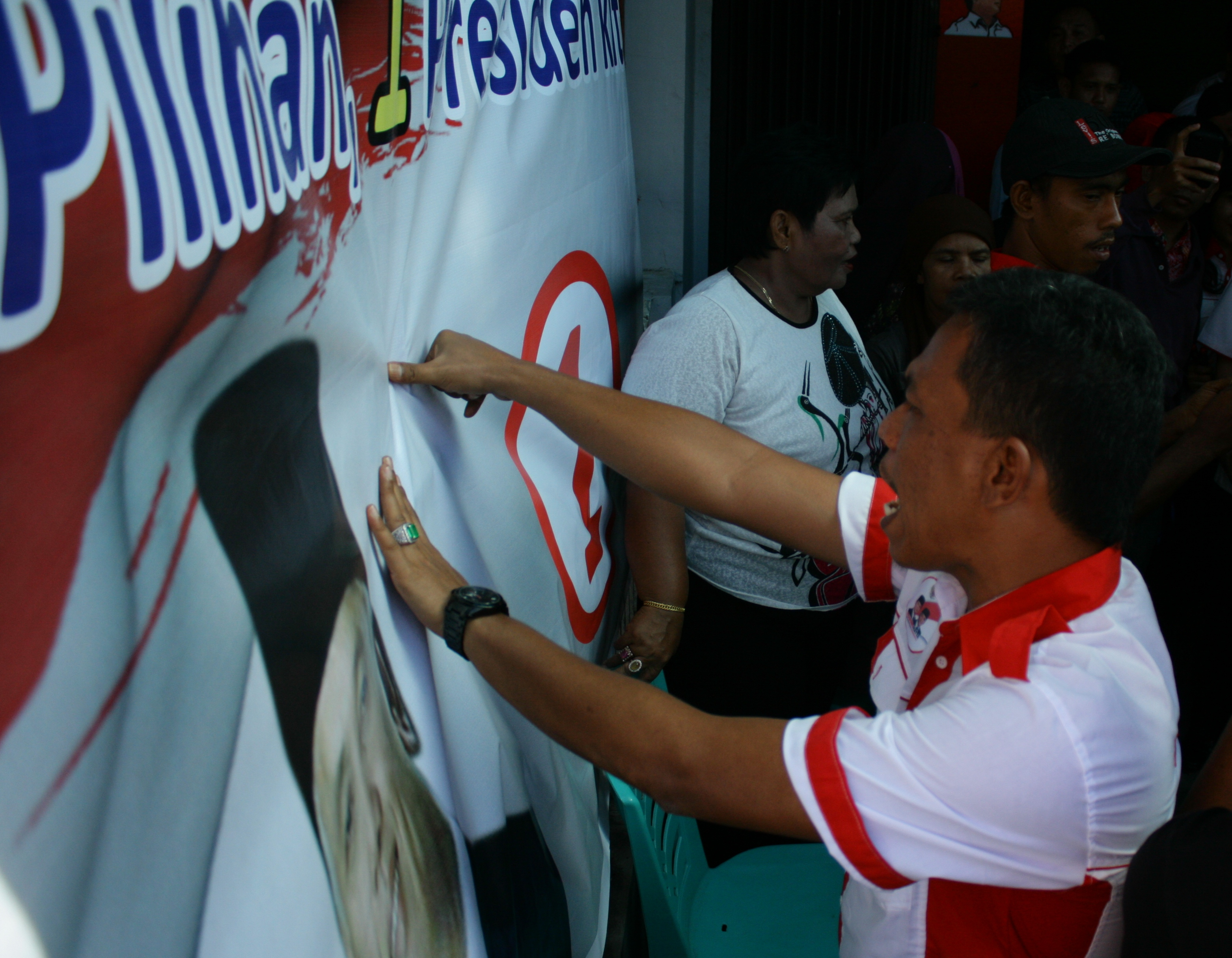 Masyarakat Indonesia (MARI) Sumatera Barat deklarasi dukungan kepada Prabowo-Hatta pada Pilpres, 9 Juli mendatang ditandai dengan cap jari darah pada media spanduk. Foto: Yathada