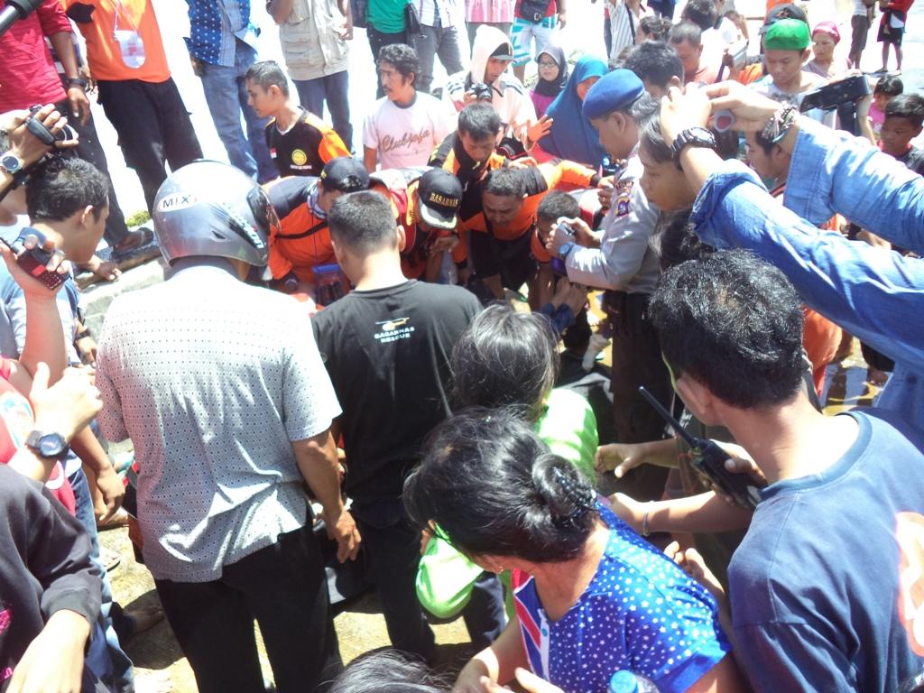 Jenazah korban atas nama Rizki saat ditemukan di kawasan Pantai Purus, Kota Padang. Foto : Ikhwan