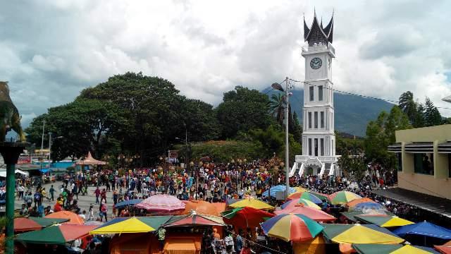 Suasana ramai terlihat di wisata Jam Gadang, Kota Bukittinggi. Foto : Gesyca Rikhaflina