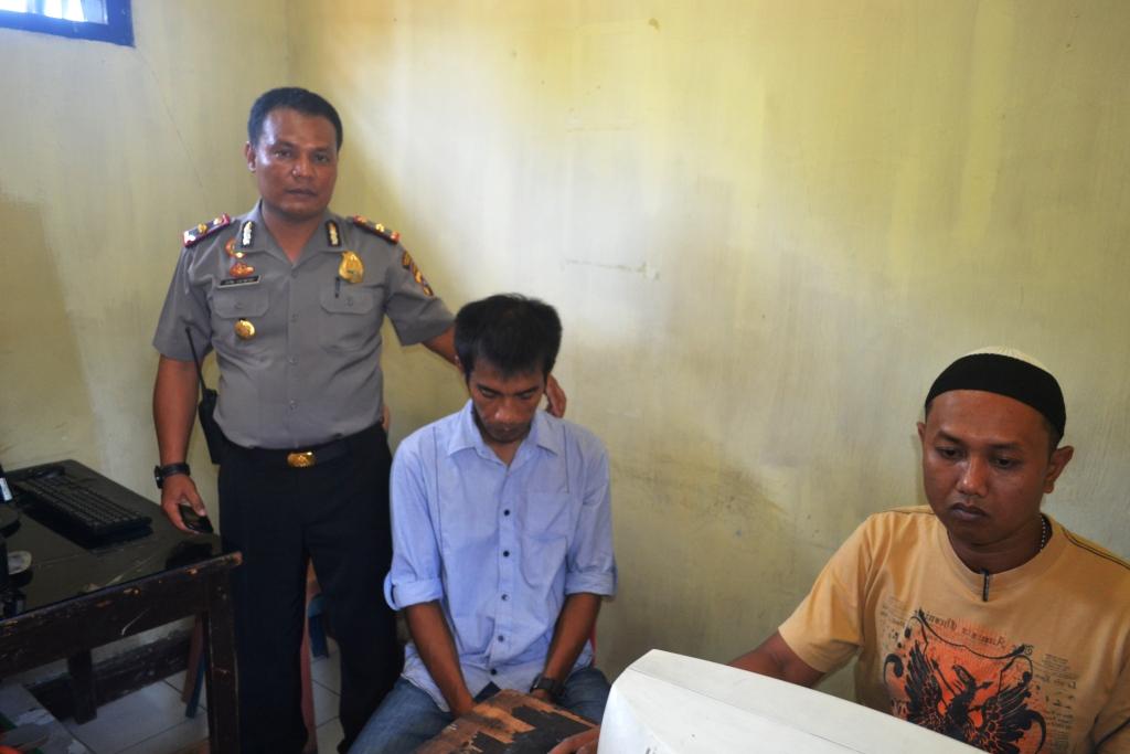 Pelaku (tengah) saat diamankan di Polsek Padang Timur, Kota Padang. Foto : Cicigustria