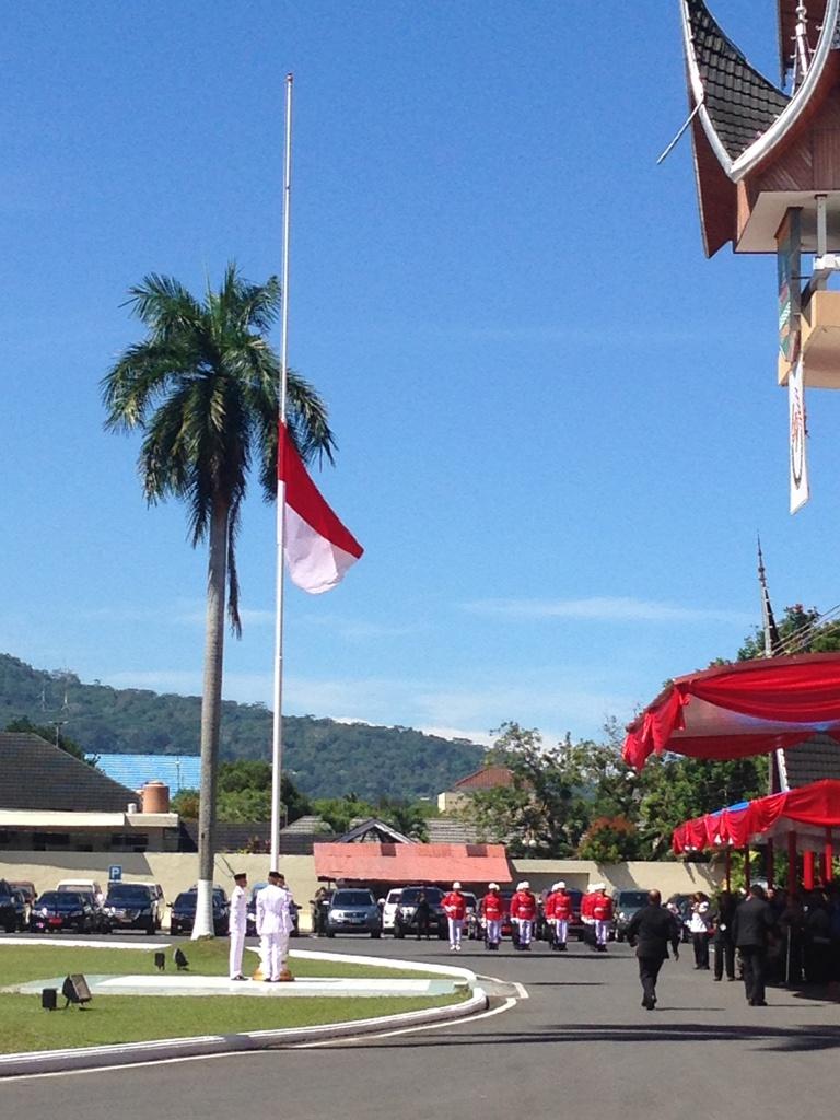 Petugas saat berlari untuk memperbaiki bendera merah putih. Foto : Istimewa