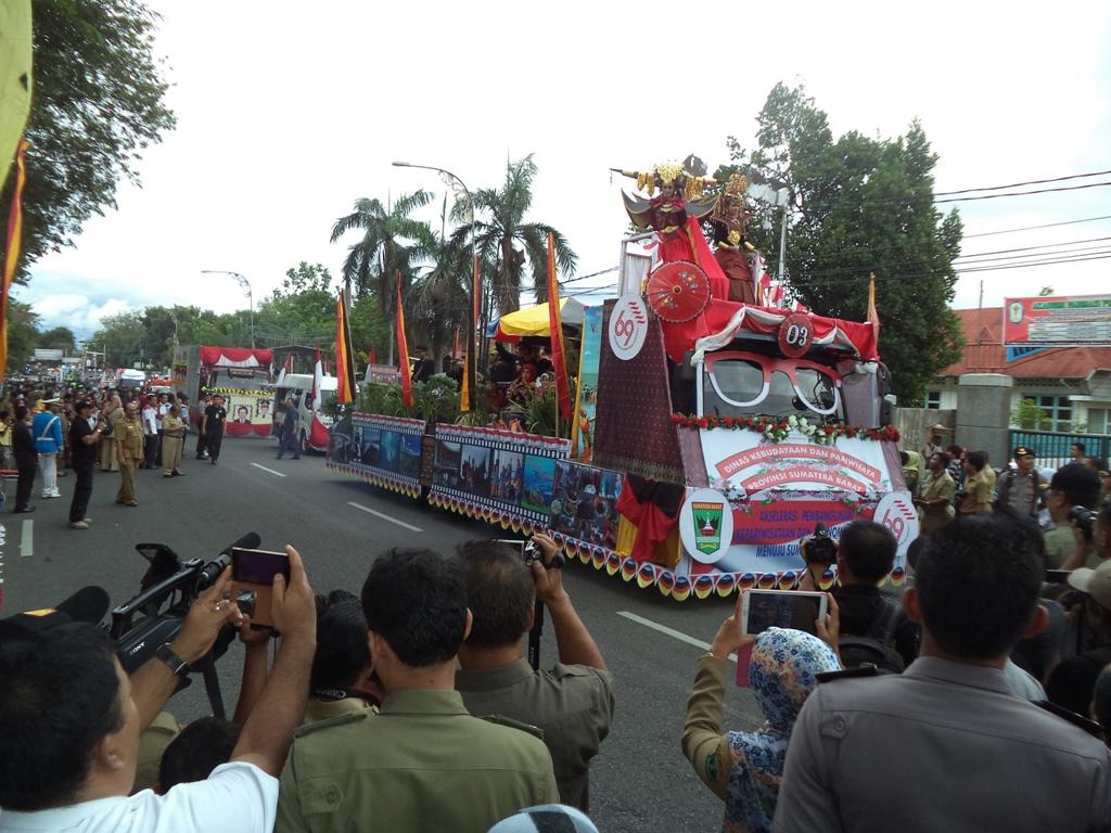 Pawai Pembangunan memperingati HUT RI ke-69 di Kantor Gubernur Sumbar. Foto : Ikhwan