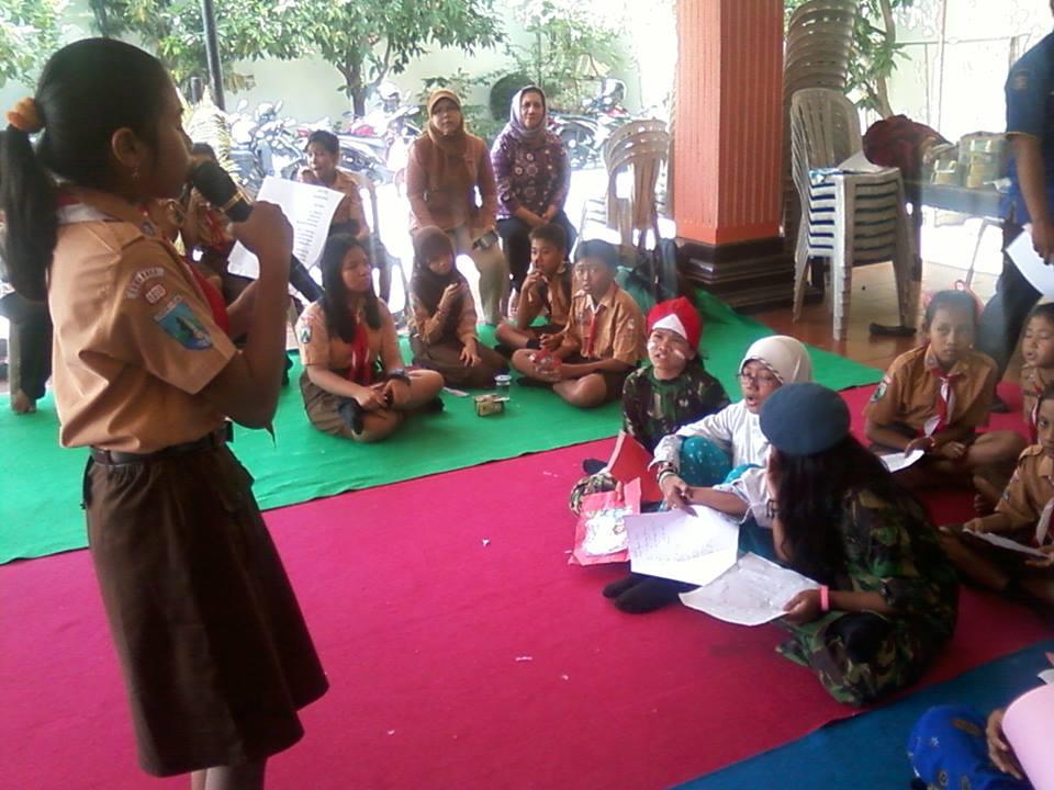 eorang siswa membaca karya yang ia tulis dalam Jambore Literasi yang digelar Taman Bacaan Masyarakat Kelurahan Pakis, Kota Surabaya, Sabtu (23/8). Kegiatan itu didukung Forum Aktif Menulis (FAM) Cabang Surabaya dan Sekitarnya. Foto : Istimewa.