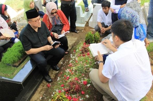 Ketua DPD RI Irman Gusman berdoa pada makam ibunya, di TPU Tunggul Hitam, Kota Padang.