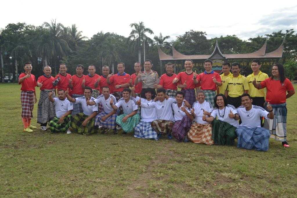 Tim sepak bola Polda Sumbar dan Wartawan. Foto : Cici Gustria