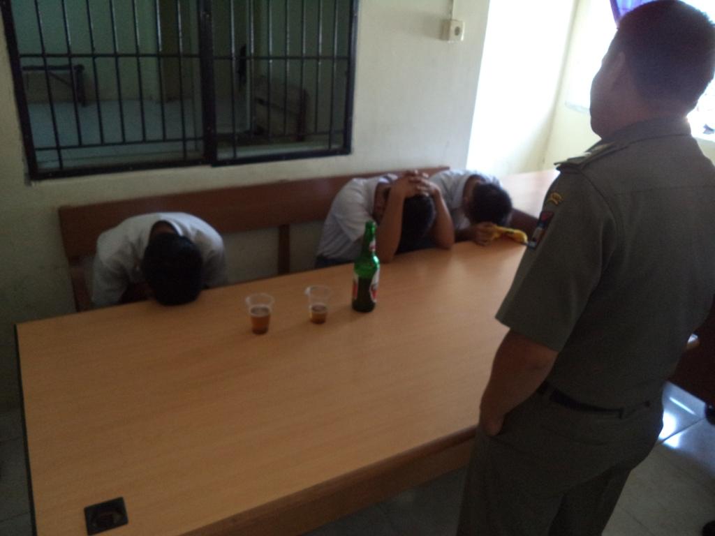 Tiga pelajar saat diamankan di Mako Pol PP, Tan Malaka, Kota Padang. Foto : Ikhwan