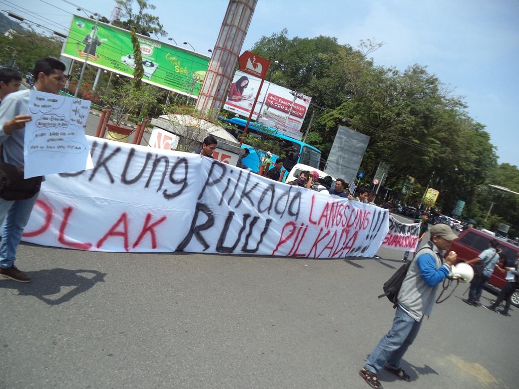 Unjuk rasa tolak Pilkada Via DPRD di Bundaran Pos, Imam Bonjol, Kota Padang. Foto : Ikhwan