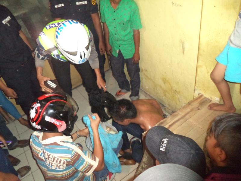 Pelaku saat diamankan pada Pos Pemuda setempat. Foto : Ikhwan