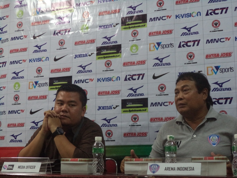 Pelatih Arema Cronus, Jafri Sastra saat konferensi pers jelang laga tandang melawan Semen Padang di Gedung PT Semen Padang, Padang. Foto : Ikhwan