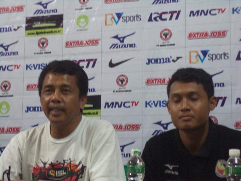 Pelatih Semen Padang, Jafri Sastra saat konferensi pers jelang laga kandang melawan Arema Cronus di Gedung PT Semen Padang, Padang. Foto : Ikhwan