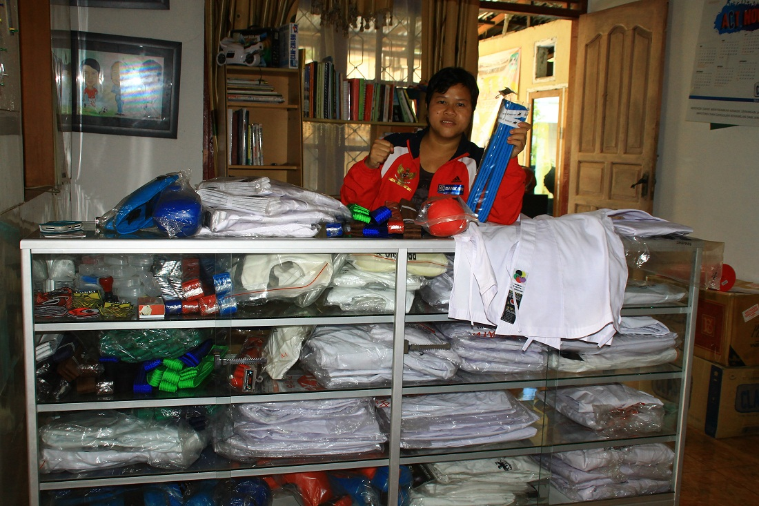 Atlit Karate Nasional, Martinel Prihastuti saat memperlihatkan barang jualannya. Foto : Istimewa
