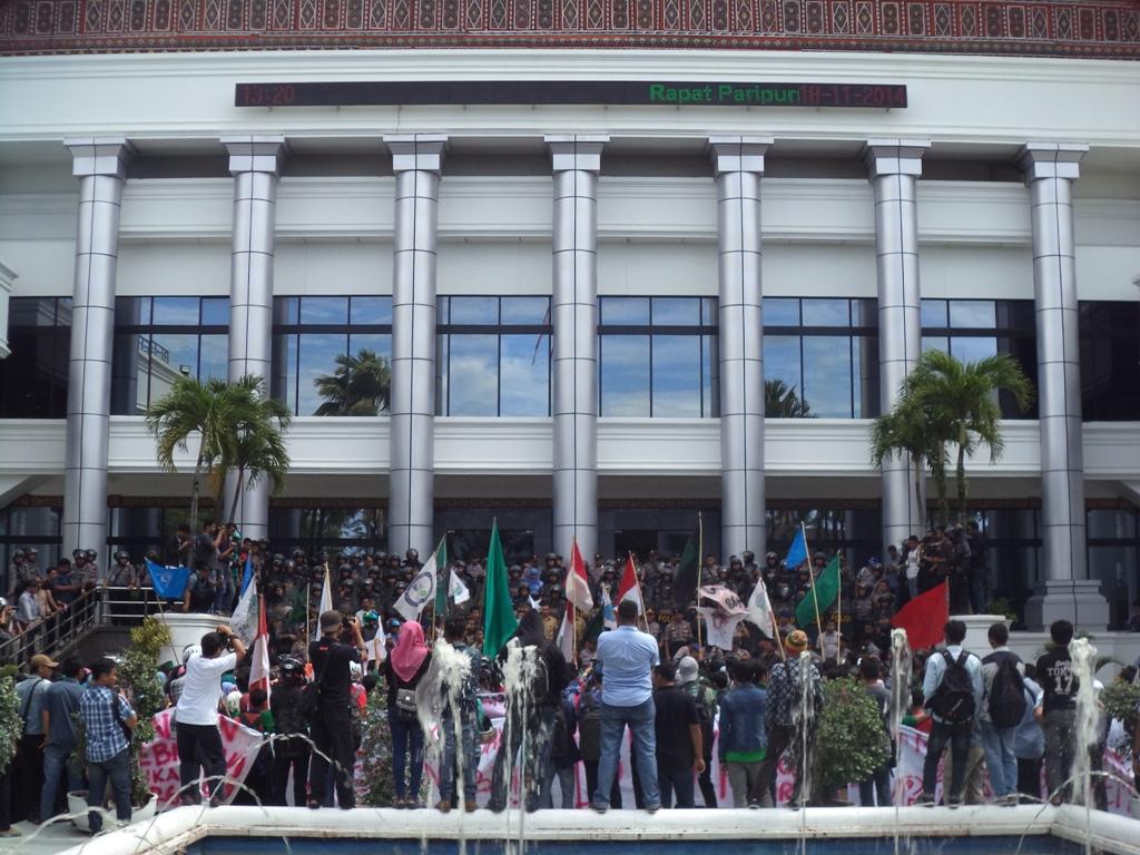 Ilustrasi demo. Ratusan mahasiswa menggelar unjuk rasa di Gedung DPRD Sumbar untuk menolak kenaikan harga BBM. Foto : Tim