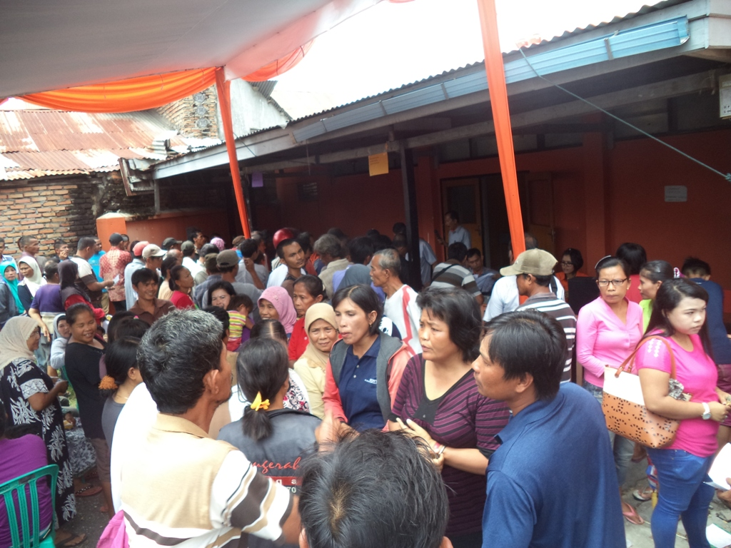 Warga mengantri untuk mendapatkan pembayaran Kartu Perlindungan Sosial (KPS) di Kantor POS, Imam Bonjol, Padang. Foto : Ikhwan