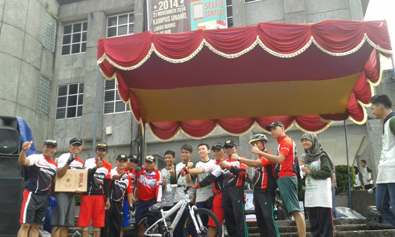 Para peserta dan panitia berfoto bersama saat kegiatan Fun Bike yang digelar oleh HIMA Teknik Lingkungan Unand di Bundaran Rektorat Unand. Foto : Rahmi Mulia Putri