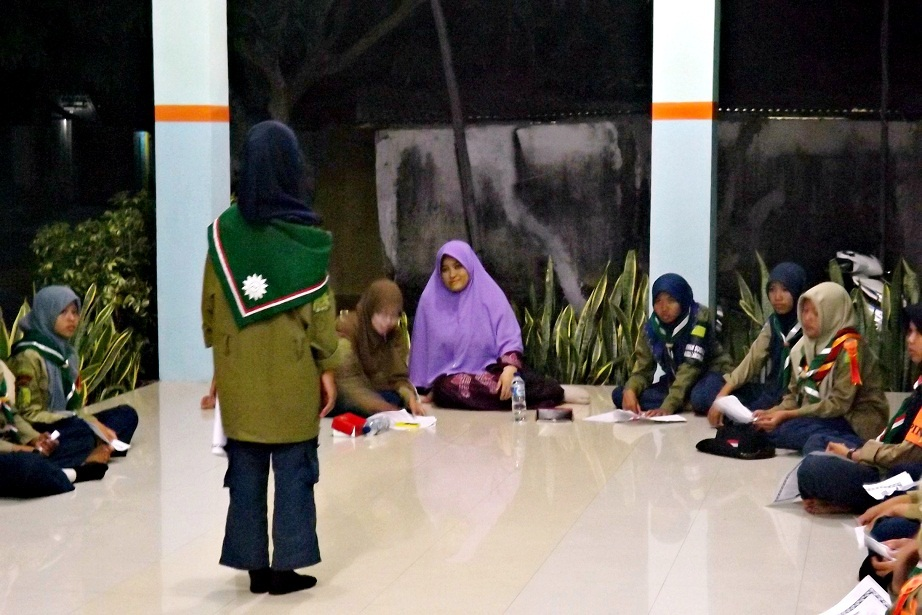 Peserta Jambore Pengenal Hisbul Wathan 2014 se-Kabupaten Lamongan dan Bojonegoro mengikuti bimbingan menulis kreatif bersama Aliya Nurlela, pegiat Forum Aktif Menulis (FAM) Indonesia, 31 Oktober-2 Nopember 2014. Foto : Istimewa