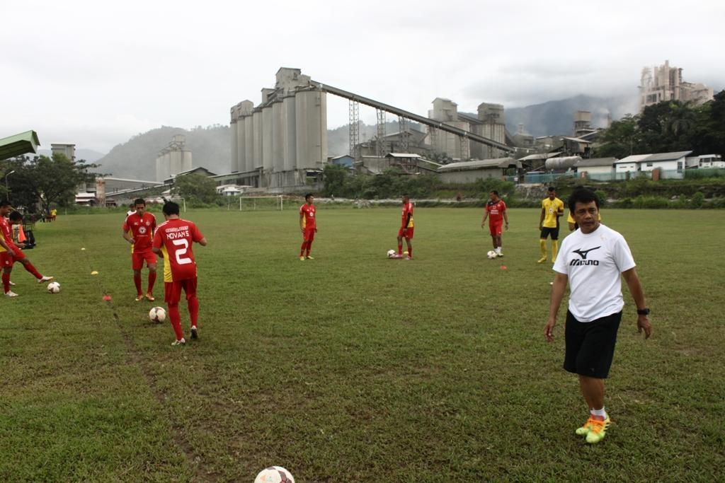 Sembilan pemain ikuti latihan perdana Semen Padang FC. Foto : Huda Putra