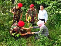 Kopassus dan Civitas UI Sedang Menanam Pohon. Foto : hijauku.com