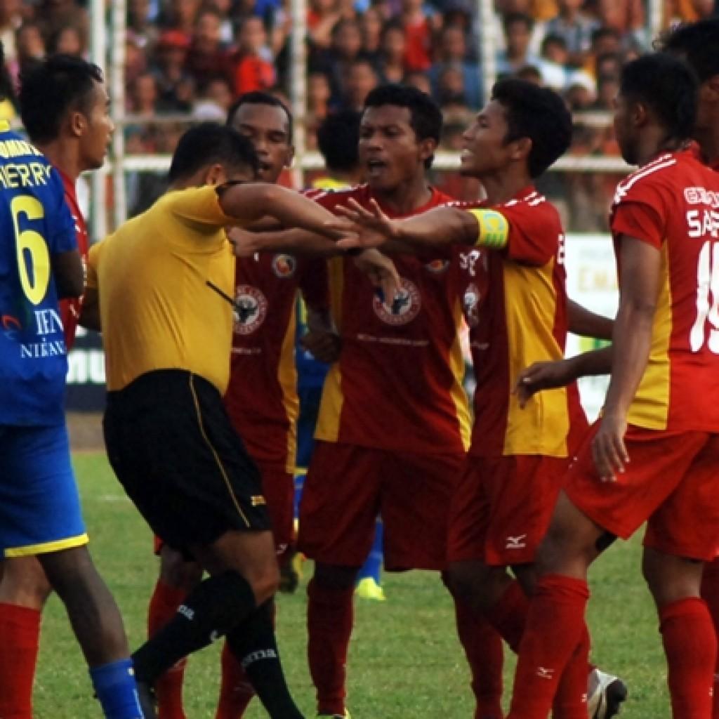 Jalan pertandingan saat menjamu Arema Cronus pada babak delapan besar ISL 2014 di Stadion H.Agus Salim Padang (29/10). (Goal)