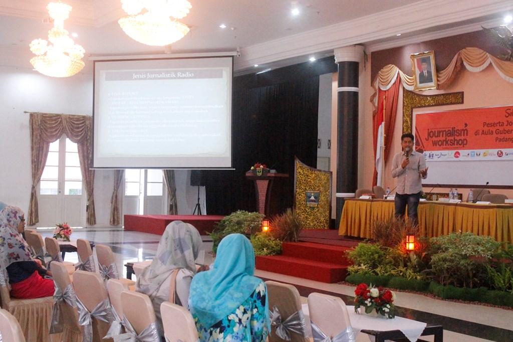 Salah satu narasumber, Ikhwan memberikan Materi Jurnalistik Radio pada Journalism Workshop 2015 di Aula Gubernuran Sumbar, Padang, Sabtu (14/3).