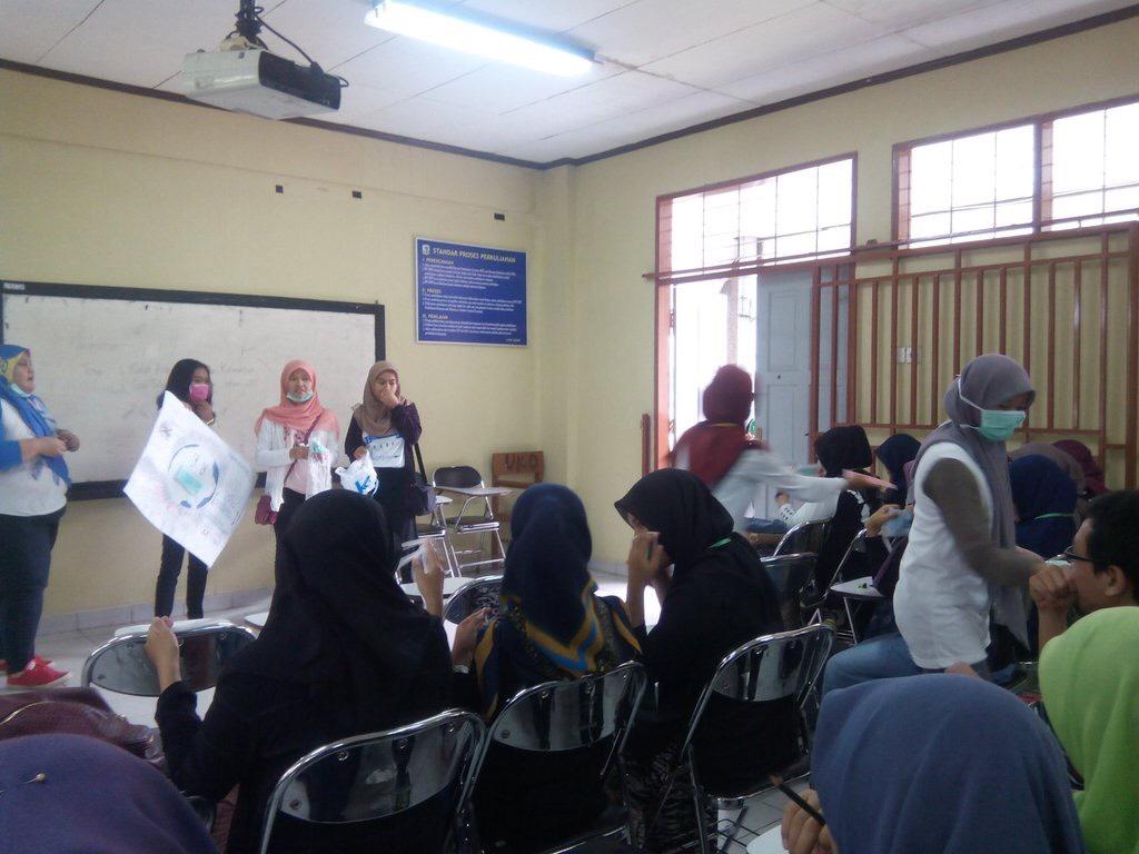 Pembagian masker oleh AIESEC Unand dalam rangka kegiatan BBMK di Kampus Universitas Andalas, Kota Padang. Foto : Ganang W.