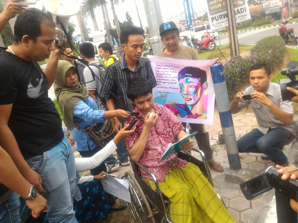 Iwan Muliyadi saat berorasi di Perempatan Gedung DPRD Sumbar, Khatib Sulaiman, Padang. Foto : Ikhwan