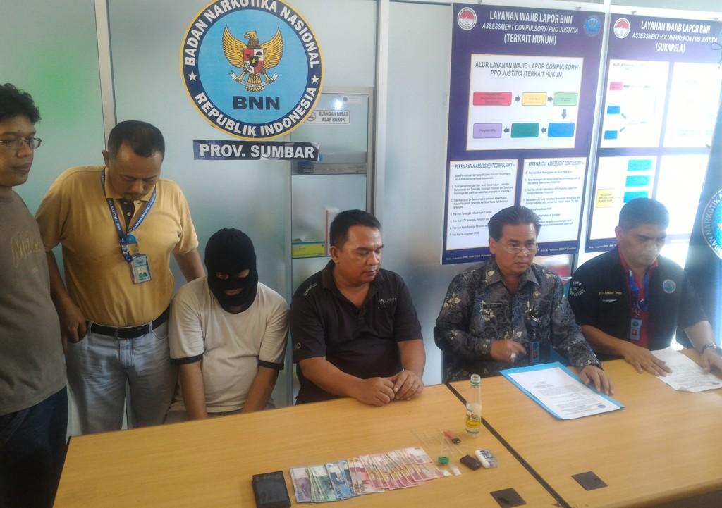 BNNP Sumbar menjelaskan terkait penangkapan Oknum Wartawan berinisial AZ (44) yang diduga pengedar Sabu di Kantor BNNP Sumbar, Belanti, Padang, Jumat (13/11). Foto : Istimewa